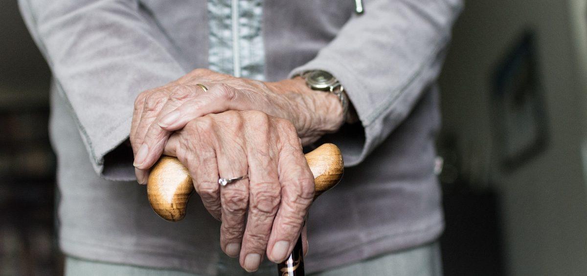 manos con bastón